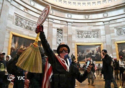 جاروی شمالی در دست معترضان آمریکایی + تصویر
